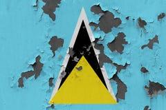 Stäng sig upp den grungy, skadade och red ut St Lucia flaggan på väggen som skalar av målarfärg för att se inom yttersida vektor illustrationer