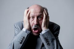 Stäng sig upp den head ståenden av för affärsman för skallig 60-tal högt förvånat och skrämt se som om det stora felet eller kata Royaltyfri Fotografi