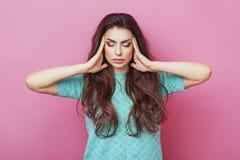Stäng sig upp den isolerade ståenden av unga stressade ilskna kvinnainnehavhänder på huvudet Negativa mänskliga sinnesrörelser, h Royaltyfri Bild