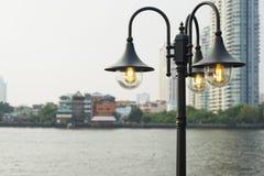 Stäng sig upp den ljusa kulan, den isolerade lampan på blå himmel Fotografering för Bildbyråer