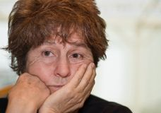 stäng sig upp den oroade kvinnan Fotografering för Bildbyråer