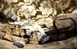 Stäng sig upp den små buddha statyn i handbild Arkivbild