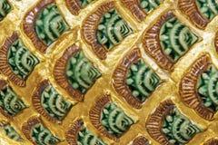 Stäng sig upp den thai drakestatyn i den Thailand templet Arkivbilder