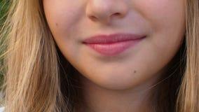 Stäng sig upp den tonårs- flickan med vita tänder och härliga kanter som ler den främre kameran lager videofilmer