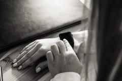 Stäng sig upp den unga kvinnan som använder hennes modernt, ilar klockan Arkivfoton