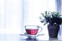 Stäng sig upp den varma koppen för svart te på trätabellen, i att bo ro Arkivbilder