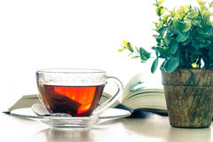 Stäng sig upp den varma koppen för svart te på trätabellen i vardagsrum som är beträffande Royaltyfri Fotografi