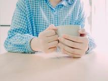 Stäng sig upp den vita varma kaffekoppen för drink i morgontid i hand Royaltyfri Foto