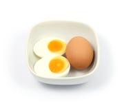 Stäng sig upp det hårda kokta ägget på vit bakgrund Royaltyfri Bild
