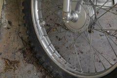 Stäng sig upp det plana gummihjulet för hjulet av den sprucken motorcykeln som är gammal och Royaltyfri Bild