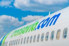 Stäng sig upp det Transavia Boeing 737-700 flyget på den Bergerac flygplatsen Royaltyfri Fotografi