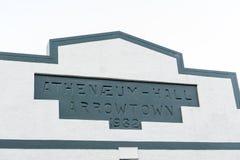 Stäng sig upp detaljer av gammal klassisk byggnad och shoppa tecken på den Buckingham gatan i den historiska staden av Arrowtown Royaltyfria Bilder
