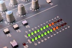 Stäng sig upp digital höjd sikt vu-meter för solid blandare Fotografering för Bildbyråer