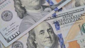 Stäng sig upp dockaskottet av spridda amerikanska räkningar för pappers- pengar kontant pengarbakgrund Benjamin Franklin stående  lager videofilmer