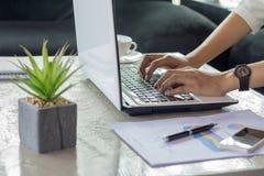 Stäng sig upp en attraktiv mogen affärskvinna som arbetar på bärbar dator I arkivfoton