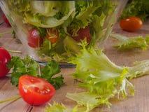 Stäng sig upp en läcker sallad av nya grönsaker Arkivfoton