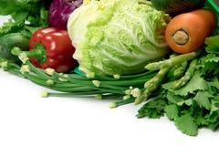 Stäng sig upp en påse för grön livsmedelsbutik av blandade organiska gröna grönsaker på vit sund organisk shopping för grön mat o arkivfoto