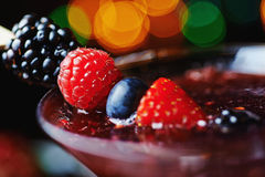 Stäng sig upp exponeringsglas av den tropiska coctailen med bär eller lemonad Arkivfoto