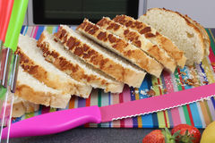 Stäng sig upp färgrik kökplats med skivat nytt bröd på ett snitt Royaltyfria Bilder