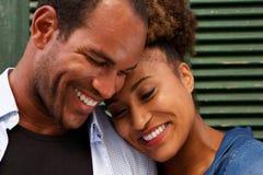 Stäng sig upp förälskat le för gladlynta par på grön bakgrund fotografering för bildbyråer