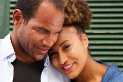 Stäng sig upp förälskat le för par på grön bakgrund royaltyfri fotografi