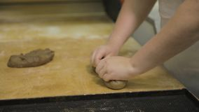 Stäng sig upp för bagaren som händer som förbereder rå råg för, släntrar, matbegrepp Kvinnahänder som gör en bagett från den rå r fotografering för bildbyråer