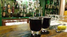 Stäng sig upp fotoet av absint två i en stång Arkivfoton