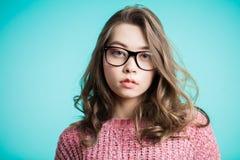 Stäng sig upp fotoet av den unga härliga flickan i exponeringsglas som ser kameran royaltyfri foto