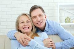 Stäng sig upp fotoet av gladlynt upphetsat lyckligt lyckligt lyckligt med den blonda attraktiva kvinnan för det toothy glänsande  arkivbilder