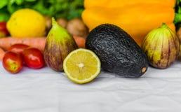 Stäng sig upp fotoet av nya frukt och grönsaker på en vit bakgrund Royaltyfria Bilder
