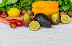 Stäng sig upp fotoet av nya frukt och grönsaker på en vit bakgrund Royaltyfri Foto
