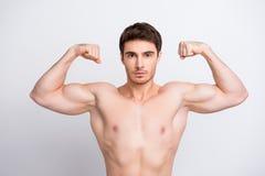 Stäng sig upp fotoet av stilig attraktiv sexuell säker stark po fotografering för bildbyråer
