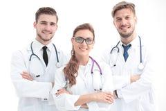 Stäng sig upp fotoet av tre säkra doktorer som ser kameran royaltyfri foto