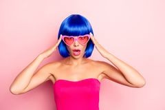 Stäng sig upp fotoståenden av den charmiga nätta attraktiva damen i bakgrund för pastellfärgade rosa färger för sommarexponerings fotografering för bildbyråer