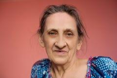 Stäng sig upp framsida av den härliga le kvinnan med skrynklor Äldre pensionär royaltyfri fotografi