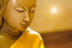 Stäng sig upp framsida på den buddha huvudstatyn med belysningeffekt Arkivbilder