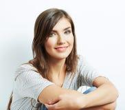 Stäng sig upp framsidaståenden av den härliga unga kvinnan Arkivfoto