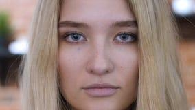 Stäng sig upp framsidaståenden av flickan, blondin Arkivfoto