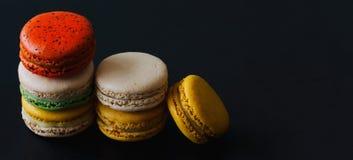 Stäng sig upp fransk eller italiensk macaron på svart isolatbakgrund f royaltyfria bilder