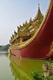 Stäng sig upp Front View av den Karaweik slotten på Kandawgyi sjön, Yangon, Burma Arkivfoto