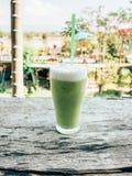 Stäng sig upp grönt te för is på den wood tabellen royaltyfri bild