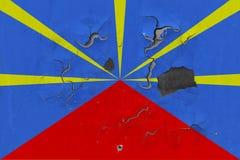Stäng sig upp grungy, skadad och riden ut möteflagga på väggen som skalar av målarfärg för att se inom yttersida vektor illustrationer