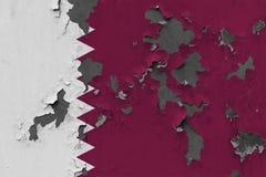 Stäng sig upp grungy, skadad och riden ut qatarisk flagga på väggen som skalar av målarfärg för att se inom yttersida vektor illustrationer