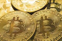 Stäng sig upp guld- Bitcoin, selektivt som fokuseras på figursågjordning Begrepp för elektroniska pengar och finans Royaltyfri Fotografi