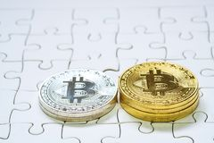 Stäng sig upp guld- och försilvra Bitcoin, selektivt som fokuseras på figursågjordning Begrepp för elektroniska pengar och finans Arkivbild
