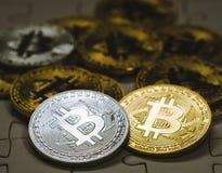 Stäng sig upp guld- och försilvra Bitcoin, selektivt som fokuseras på figursågjordning Begrepp för elektroniska pengar och finans Arkivbilder