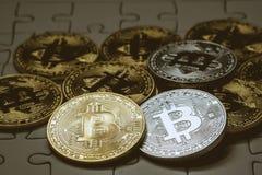 Stäng sig upp guld- och försilvra Bitcoin, selektivt som fokuseras på figursågjordning Begrepp för elektroniska pengar och finans Royaltyfri Bild