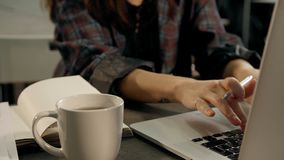 Stäng sig upp händer av den kvinnliga kontorsarbetaren som skriver på bärbar datordatortangentbordet lager videofilmer