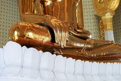 Stäng sig upp handen av den jätte- verkliga guld- Buddhastatyn Royaltyfri Fotografi