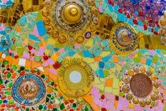 Stäng sig upp handwork på utsmyckat färgrikt keramiskt dekorerade väggen av buddhismpagoden arkivbild